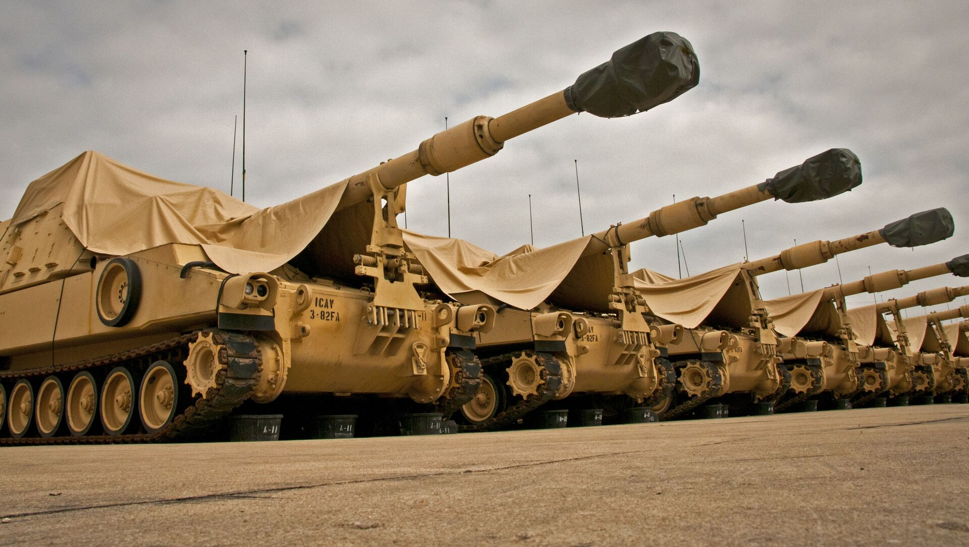 M109A6 Paladin howitzers are seen under a cloudy sky at the 3rd Battalion, 82nd Field Artillery Regiment motor pool at Fort Hood, Texas, March 22, 2013.  - Sputnik International, 1920, 06.08.2021