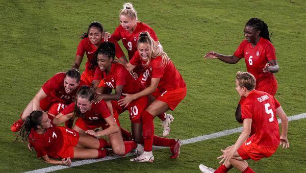Canada's female football team celebrates victory over Sweden at the 2020 Summer Olympics - Sputnik International