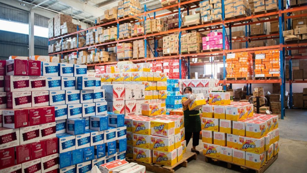 A staff member transfers cases of drinks at the distribution center of a supermarket in Zhangjiajie, central China's Hunan Province, Aug. 5, 2021 - Sputnik International