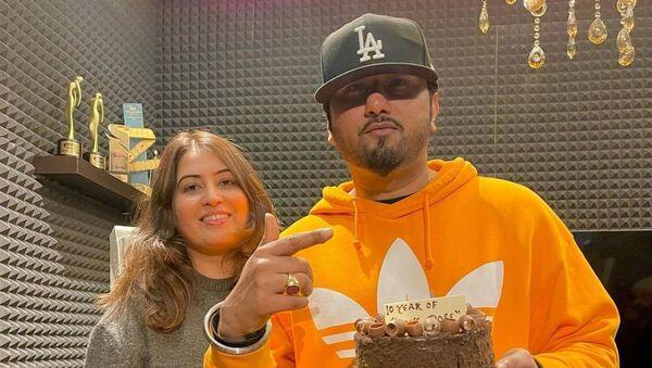 Rapper Yo Yo Honey with his wife - Sputnik International