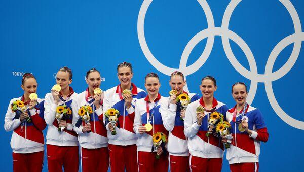 Tokyo 2020 Olympics - Artistic Swimming - Women's Team - Medal Ceremony – Tokyo Aquatics Centre, Tokyo, Japan August 7, 2021.    Gold medallist Russian Olympic Committee team members pose with medals. REUTERS/Bernadett Szabo - Sputnik International