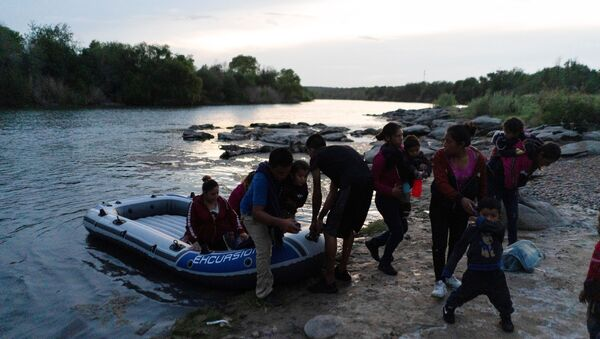 Asylum-seeking migrant families from Guatemala and Honduras disembark from an inflatable raft after crossing the Rio Grande river into the United States from Mexico in Roma, Texas, U.S., July 28, 2021. Picture taken July 28, 2021. REUTERS/Go Nakamura - Sputnik International