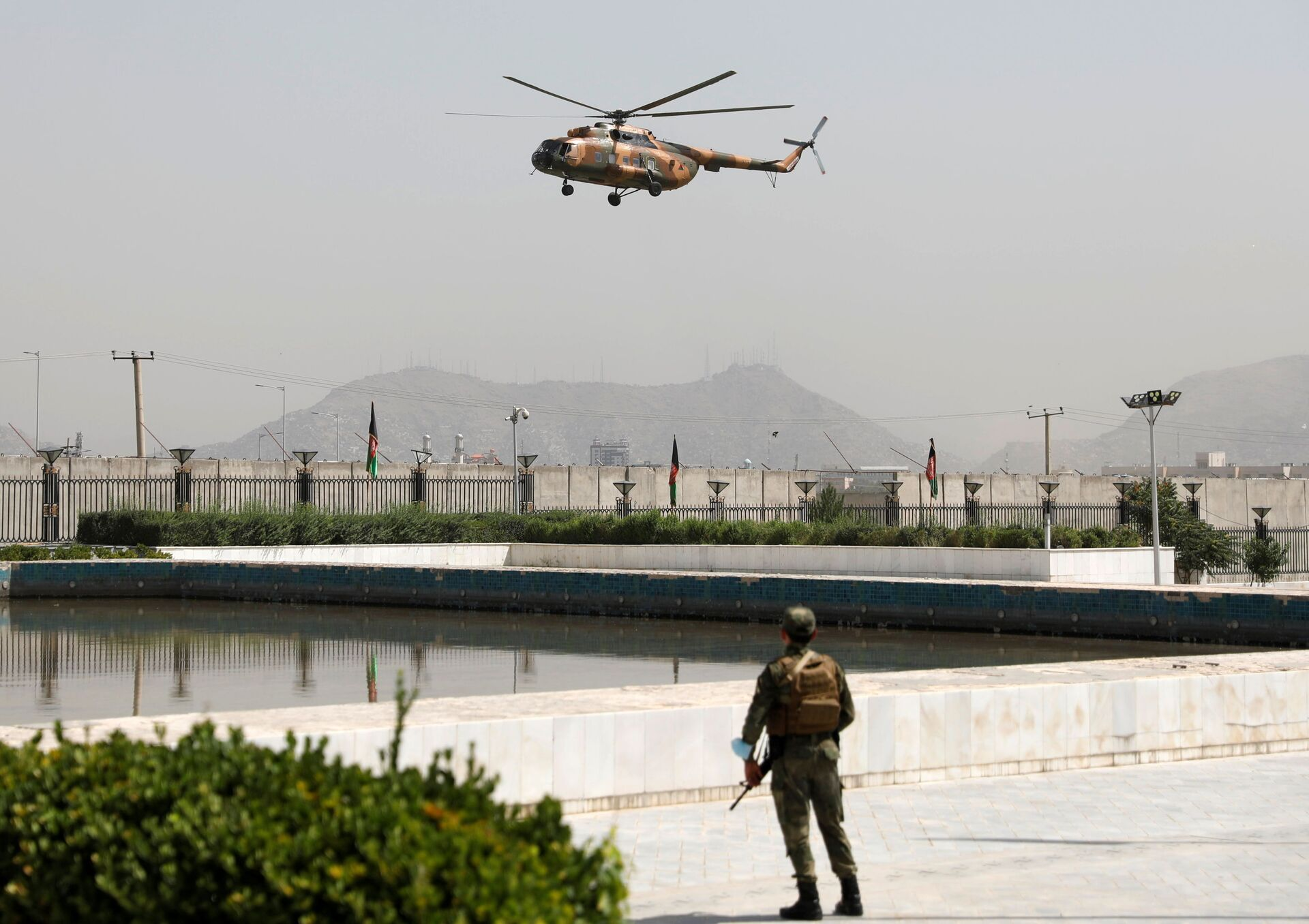 A military helicopter carrying Afghan President Ashraf Ghani prepares to land near the parliament in Kabul, Afghanistan August 2, 2021 - Sputnik International, 1920, 07.09.2021