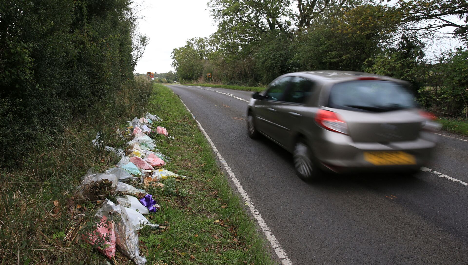 Floral tributes lay on the roadside near RAF Croughton in Northamptonshire, central England on October 10, 2019, at the spot where British motorcyclist Harry Dunn was killed as he travelled along the B4031 on August 27. - Dunn was killed on August 27 when his motorbike collided with a car near a Royal Air Force base in Northamptonshire in central England, which is used by the US military as a communications hub. - Sputnik International, 1920, 10.08.2021
