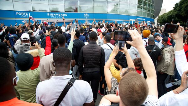 People gather outside the Parc des Princes stadium in Paris as Argentinian football player Lionel Messi is expected to arrive on 9 August 2021, a day after the 34-year-old said at his tearful farewell news conference in Barcelona that joining French football club Paris Saint-Germain was a possibility.  - Sputnik International