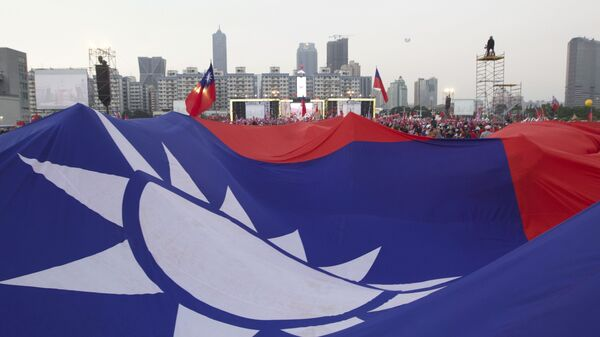 Supporters of Taiwan's 2020 presidential election candidate for the KMT, or Nationalist Party, Han Kuo-yu pass along a giant Taiwanese flag for the start of a campaign rally in southern Taiwan's Kaohsiung city on Friday, Jan 10, 2020 - Sputnik International