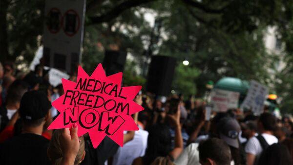 Человек держит табличку во время акции протеста против обязательной вакцинации в Нью-Йорке  - Sputnik International