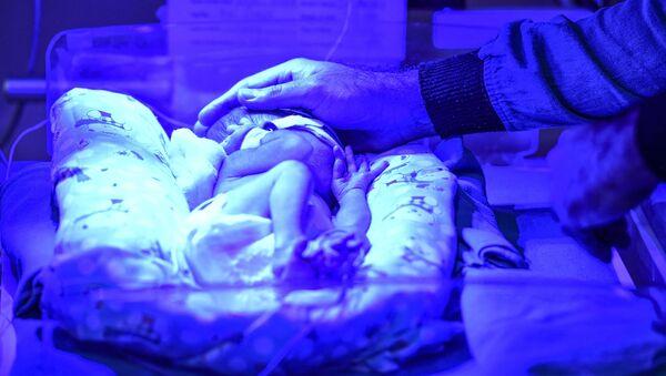 In this photo taken on October 18, 2019, neonatologist Sankalp Dudeja checks a premature newborn baby at the Neonatal Intensive Care Unit (NICU) in Sitaram Bhartia hospital in New Delhi - Sputnik International