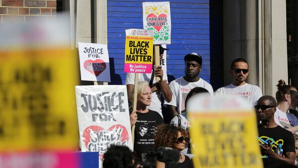 Carole Duggan (C), aunt of Mark Duggan who was shot dead by police five years ago, stands with supporters at a gathering outside Tottenham Police Station in London on August 6, 2016, to remember those killed under the control of police.  - Sputnik International