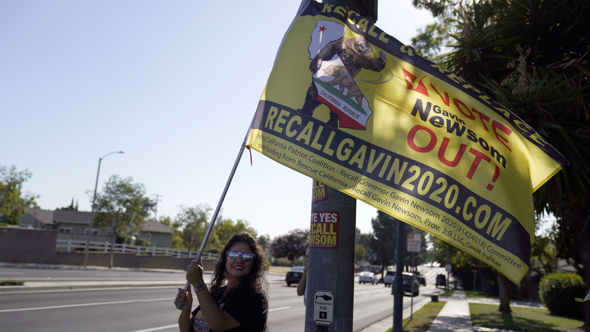 A supporter of the California recall of Gov. Gavin Newsom holds a sign outside of a debate by Republican gubernatorial candidates at the Richard Nixon Presidential Library Wednesday, Aug. 4, 2021, in Yorba Linda, Calif. Newsom faces a Sept. 14 recall election that could remove him from office. - Sputnik International, 1920, 14.09.2021
