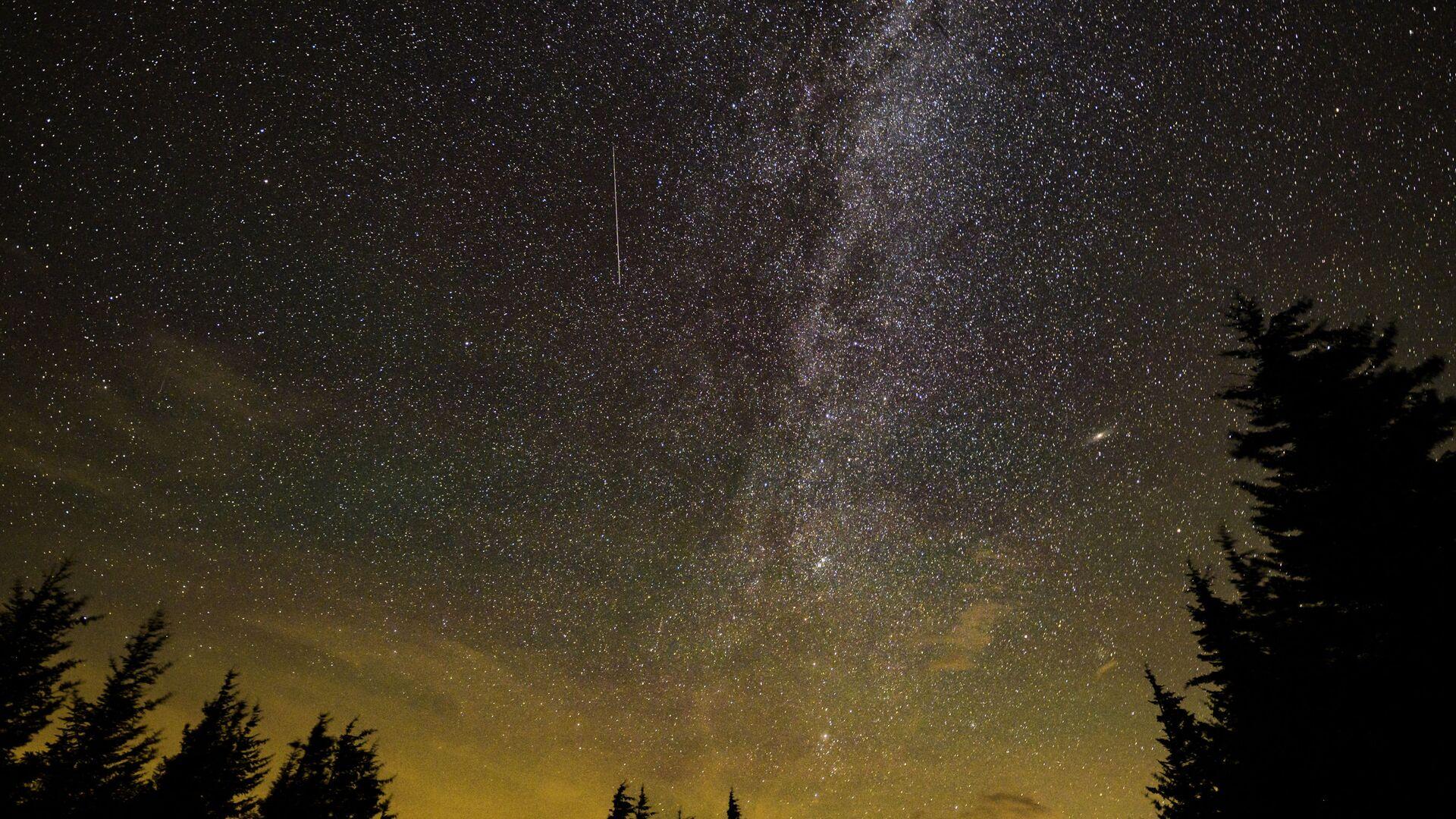 Ранний метеорный поток Персеиды, наблюдаемый в Спрус-Ноб, Западная Вирджиния  - Sputnik International, 1920, 28.09.2021