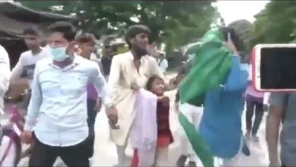 A Muslim man is beaten mercilessly by a mob in Uttar Pradesh that forced him to chant 'Jai Shri Ram' (Glory to Lord Ram) as his young daughter pleads for mercy for her father - Sputnik International