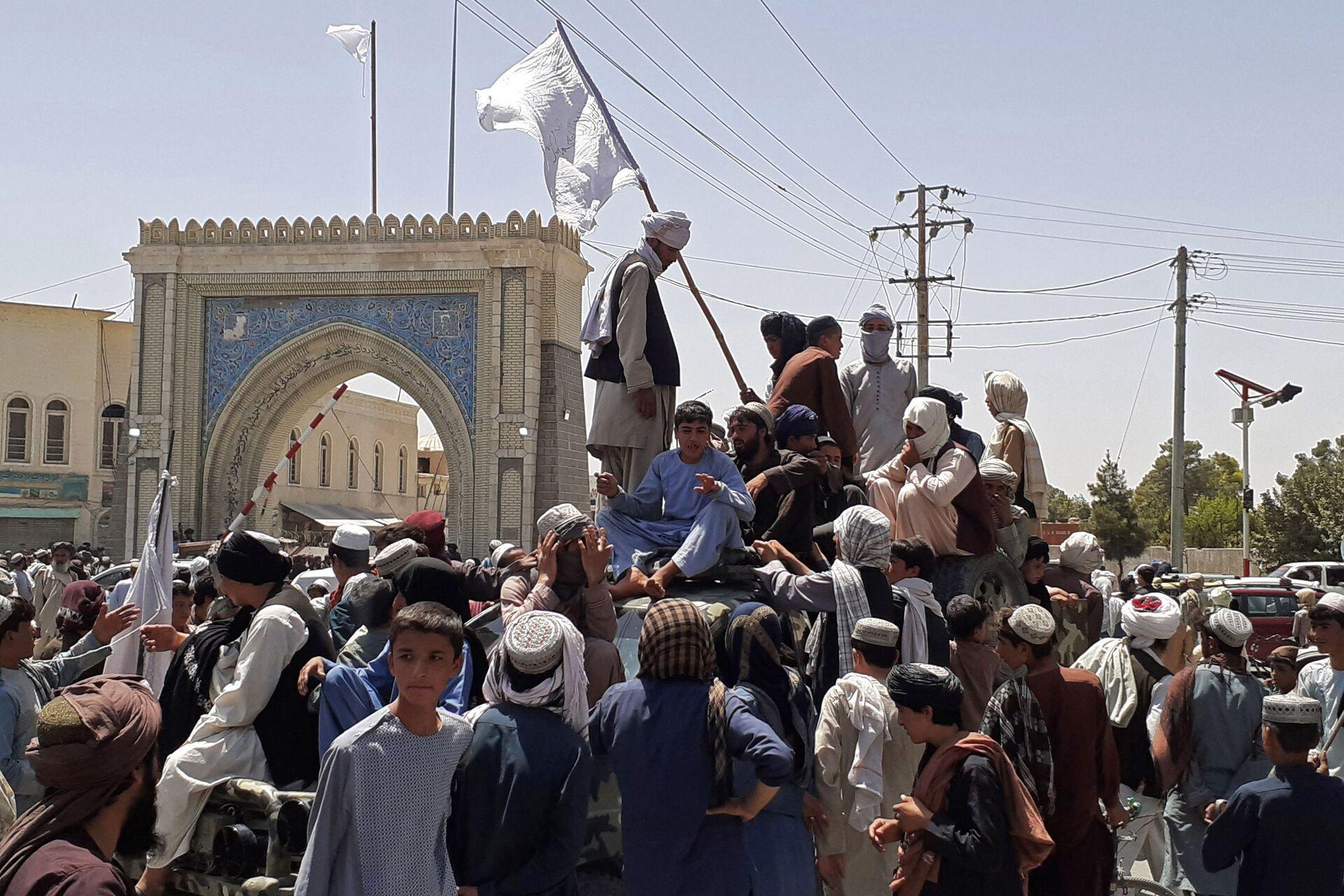 Taliban fighters stand on a vehicle along the roadside in Kandahar on August 13, 2021.  - Sputnik International, 1920, 07.09.2021