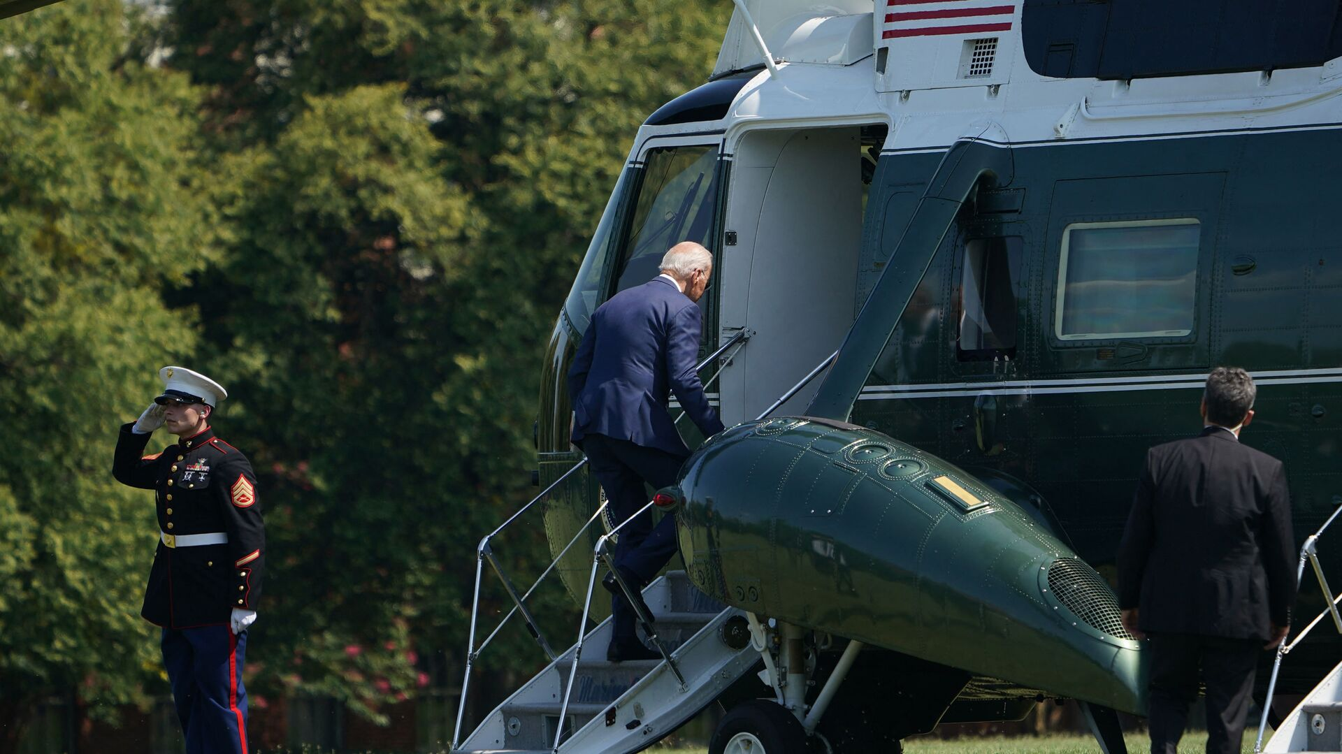 US President Joe Biden makes his way to board Marine One before departing from Fort McNair in Washington, DC on August 12, 2021. - Biden is heading to his residence in Wilmington, Delaware. - Sputnik International, 1920, 14.08.2021