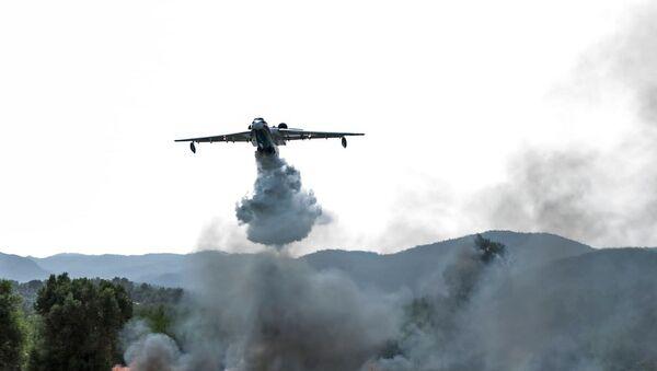 A Beriev Be-200 amphibious aircraft extinguishing a forest fire in Antalya, Turkey - Sputnik International
