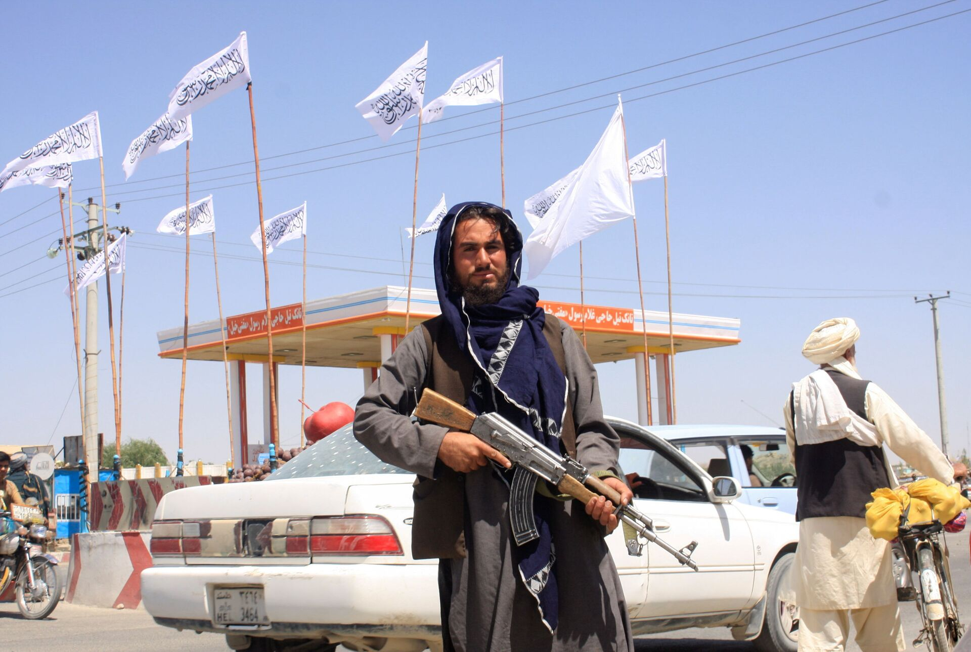 A Taliban fighter looks on as he stands at the city of Ghazni - Sputnik International, 1920, 07.09.2021