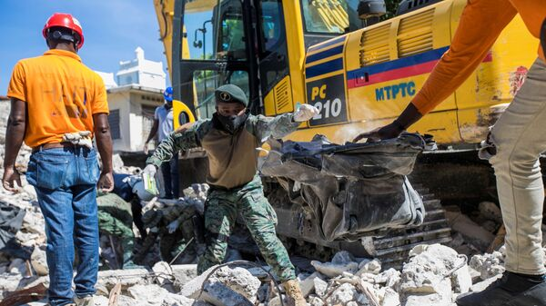 Soldiers and members of a rescue and protection team clean debris from a house after a 7.2 magnitude earthquake in Les Cayes, Haiti August 15, 2021 - Sputnik International