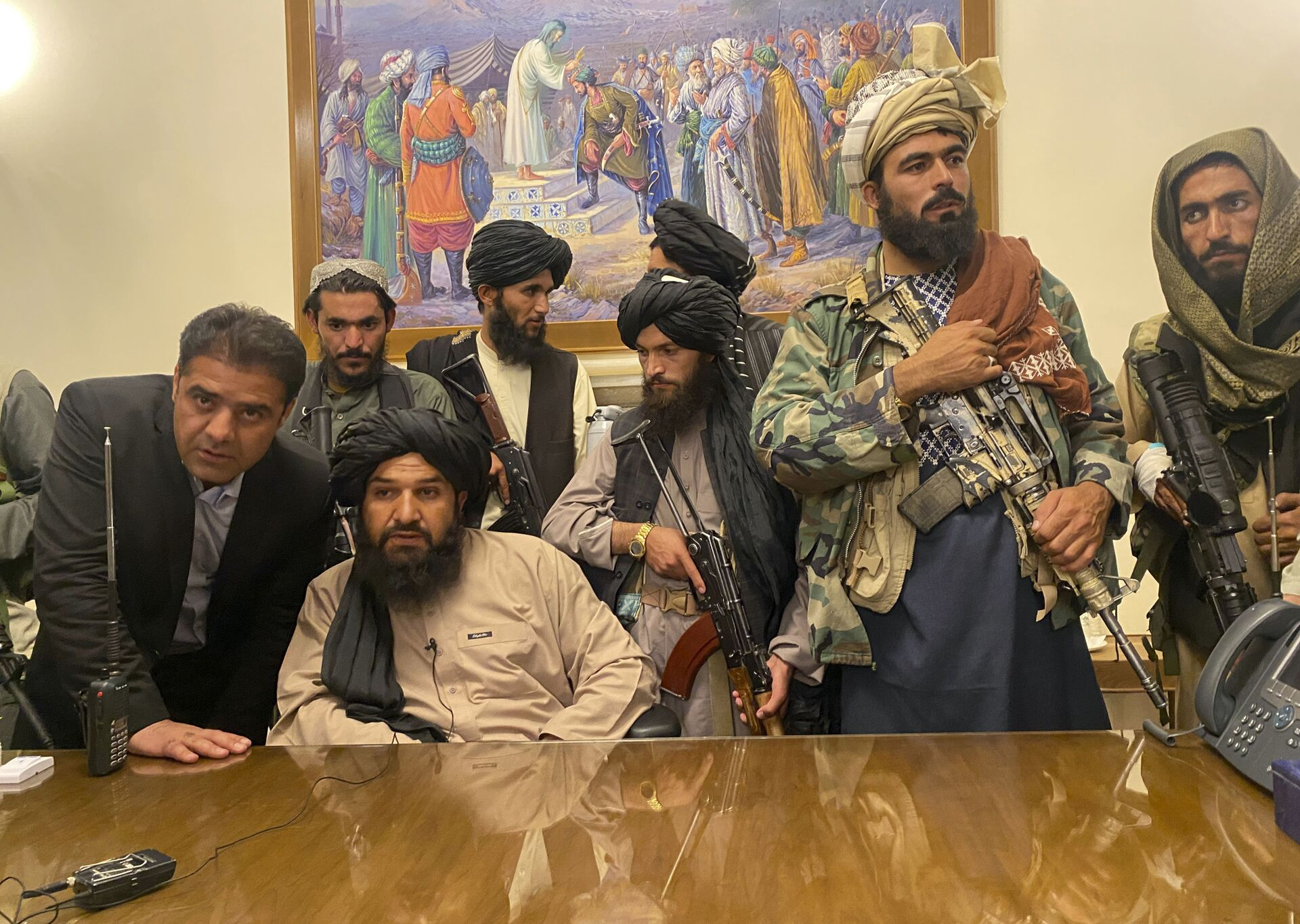 Taliban fighters take control of Afghan presidential palace after the Afghan President Ashraf Ghani fled the country, in Kabul, Afghanistan, Sunday, Aug. 15, 2021. - Sputnik International, 1920, 07.09.2021