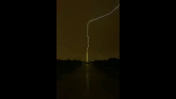 Live at the Lincoln Memorial. Lightning hits Washington monument. Absolutely incredible - Sputnik International