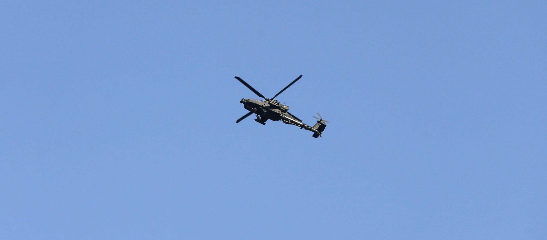 Army Apache helicopter flies over Kabul, Afghanistan August 15, 2021. REUTERS/Stringer - Sputnik International, 1920
