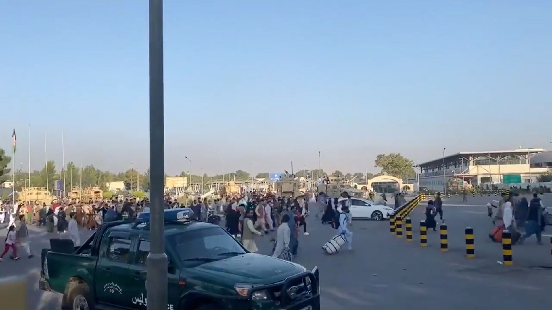 A horde of people run towards the Kabul Airport Terminal, after Taliban insurgents took control of the presidential palace in Kabul, August 16, 2021, in this still image taken from video obtained from social media - Sputnik International, 1920, 07.09.2021