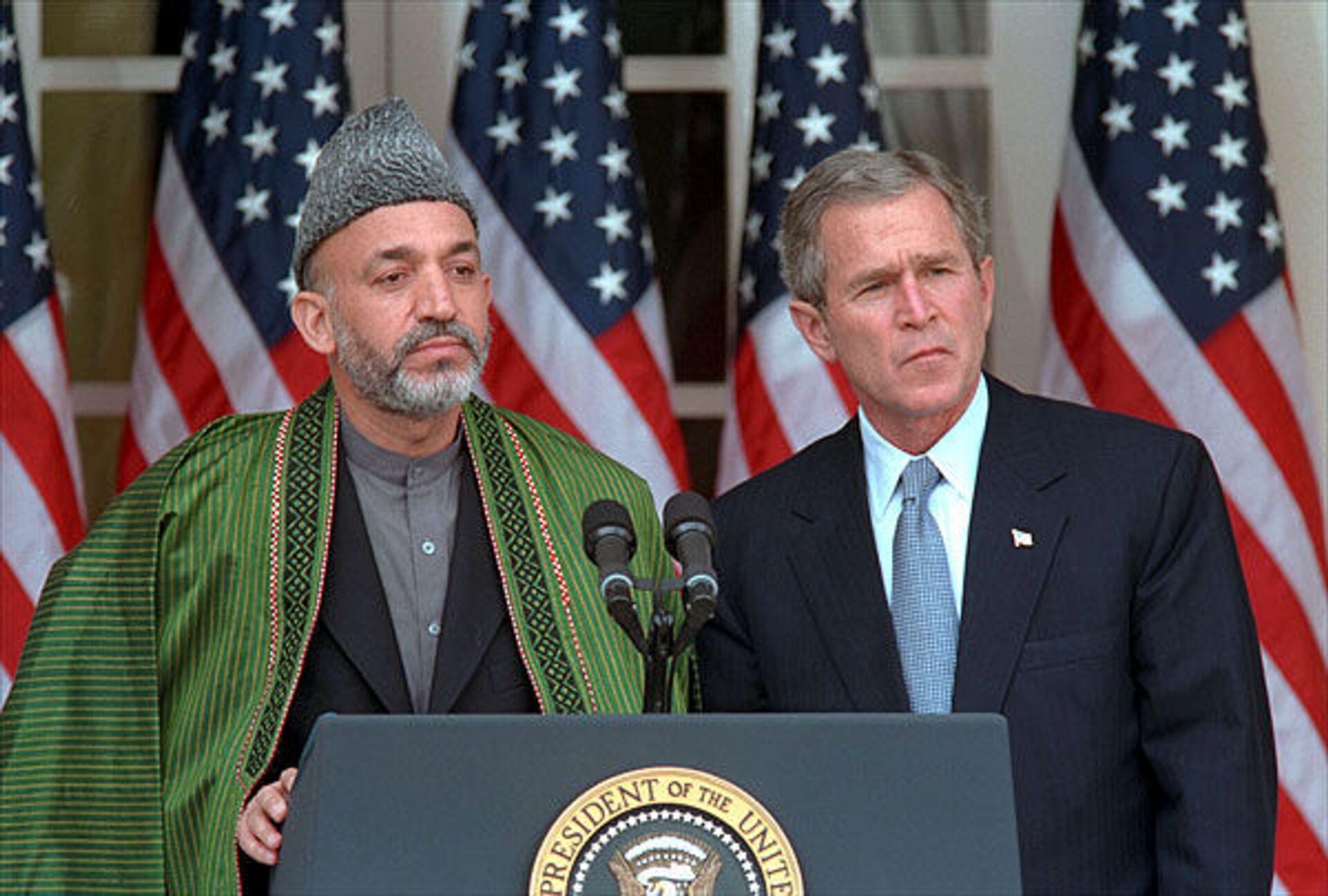 Afghan Interim President Hamid Karzai and US President George W. Bush at a press conference in 2002 - Sputnik International, 1920, 07.09.2021