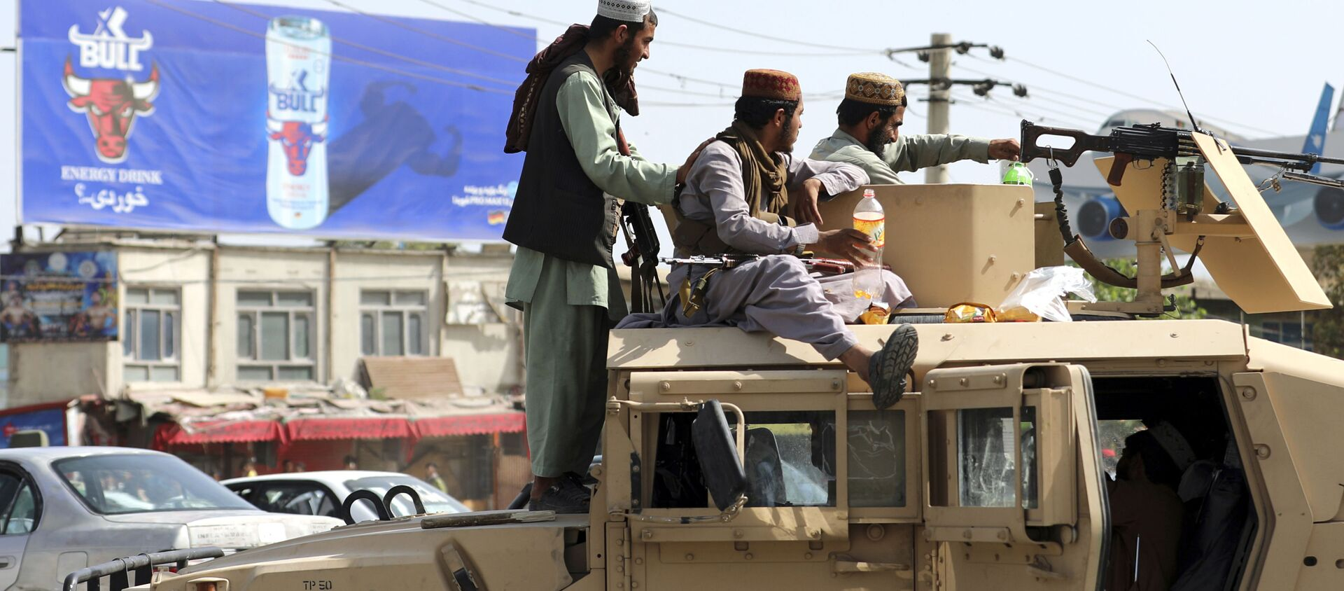 Taliban fighters stand guard in front of the Hamid Karzai International Airport, in Kabul, Afghanistan, Monday, Aug. 16, 2021. - Sputnik International, 1920, 31.08.2021