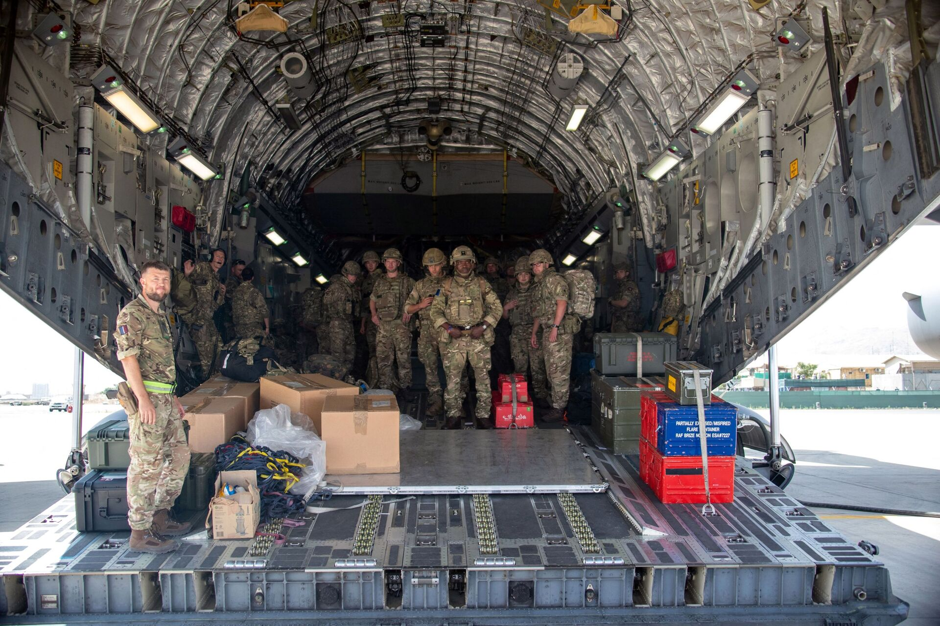 A handout picture taken and released by the British Ministry of Defence (MOD) on August 15, 2021 shows members of the British Army, from 16 Air Assault Brigade, as they disembark from an RAF Voyager aircraft after landing in Kabul, Afghanistan, to assist in evacuating British nationals and entitled persons as part of Operation PITTING - Sputnik International, 1920, 07.09.2021