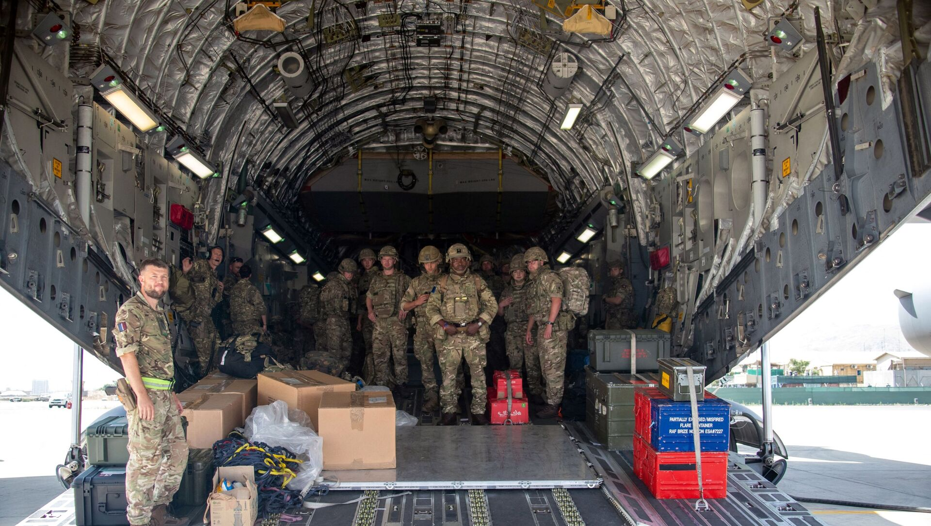 A handout picture taken and released by the British Ministry of Defence (MOD) on August 15, 2021 shows members of the British Army, from 16 Air Assault Brigade, as they disembark from an RAF Voyager aircraft after landing in Kabul, Afghanistan, to assist in evacuating British nationals and entitled persons as part of Operation PITTING - Sputnik International, 1920, 17.08.2021