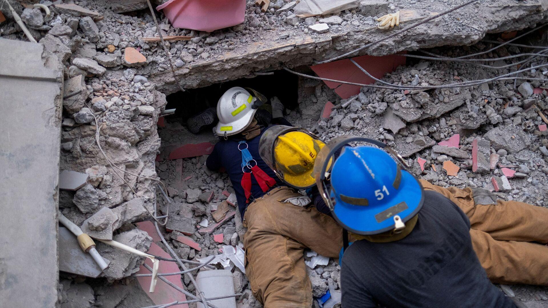 Поиск выживших под обломками разрушенного отеля после землетрясения магнитудой 7,2 в Ле-Ке, Гаити - Sputnik International, 1920, 21.08.2021