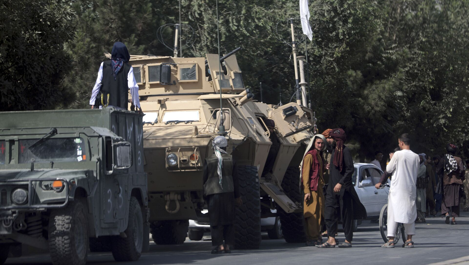 Taliban fighters stand guard on the road to the Hamid Karzai International Airport, in Kabul, Afghanistan, Monday, Aug. 16, 2021 - Sputnik International, 1920, 19.08.2021