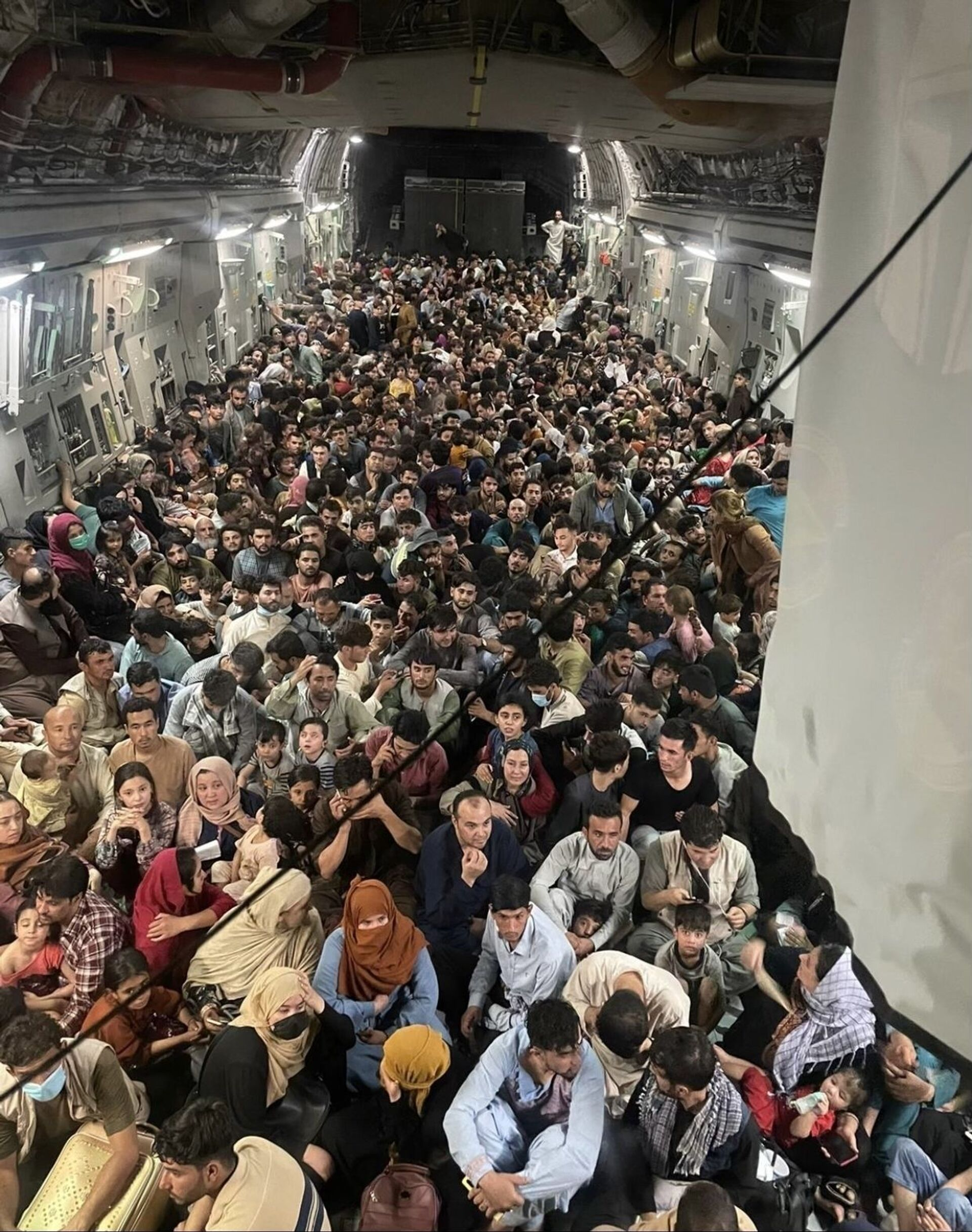 A U.S. Air Force C-17 Globemaster III safely transported approximately 640 Afghan citizens from Hamid Karzai International Airport Aug. 15, 2021. - Sputnik International, 1920, 07.09.2021