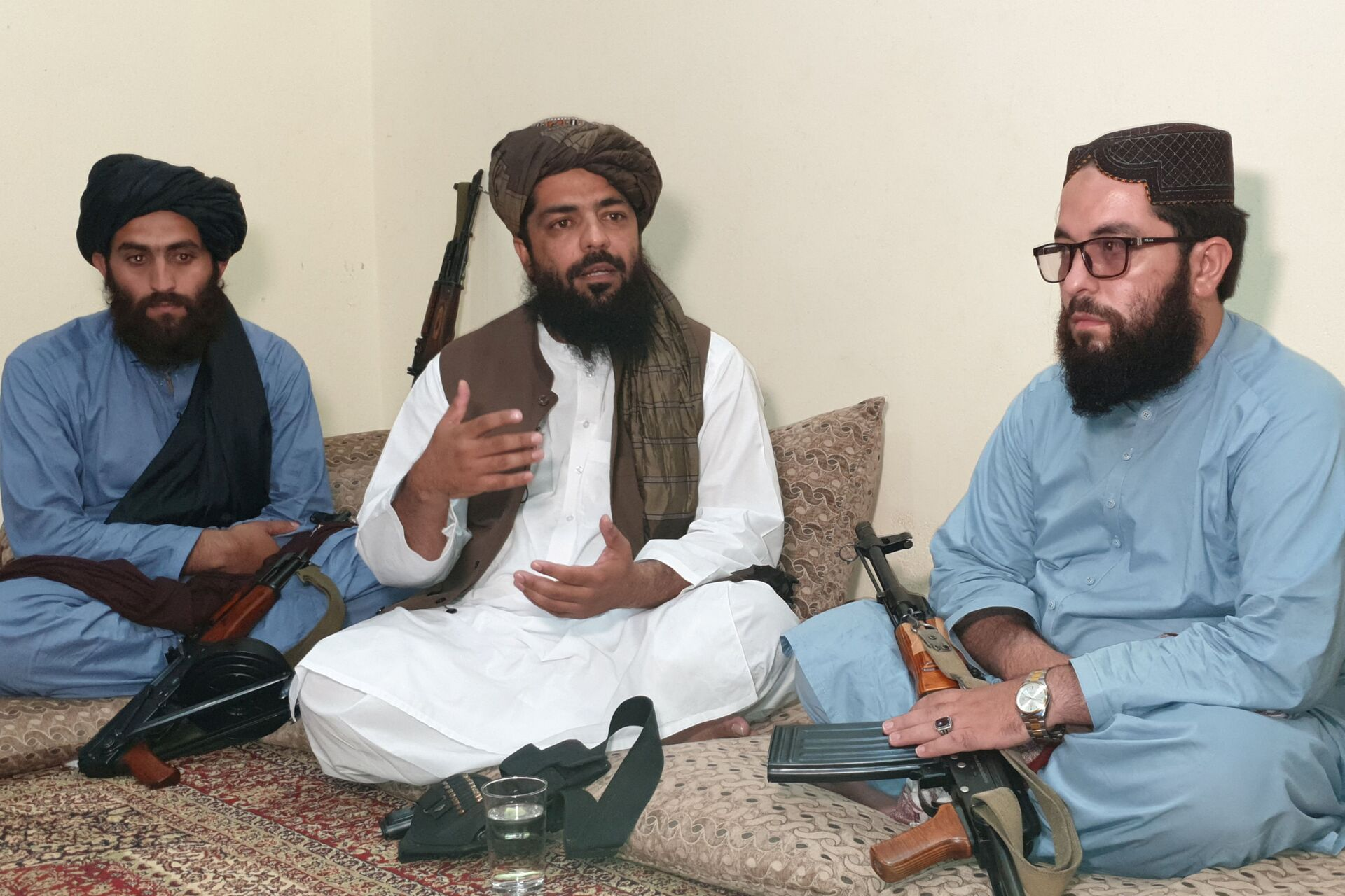 Waheedullah Hashimi (C), a senior Taliban commander, gestures as he speaks with Reuters during an interview at an undisclosed location near Afghanistan-Pakistan border August 17, 2021. Picture taken August 17, 2021.  - Sputnik International, 1920, 07.09.2021