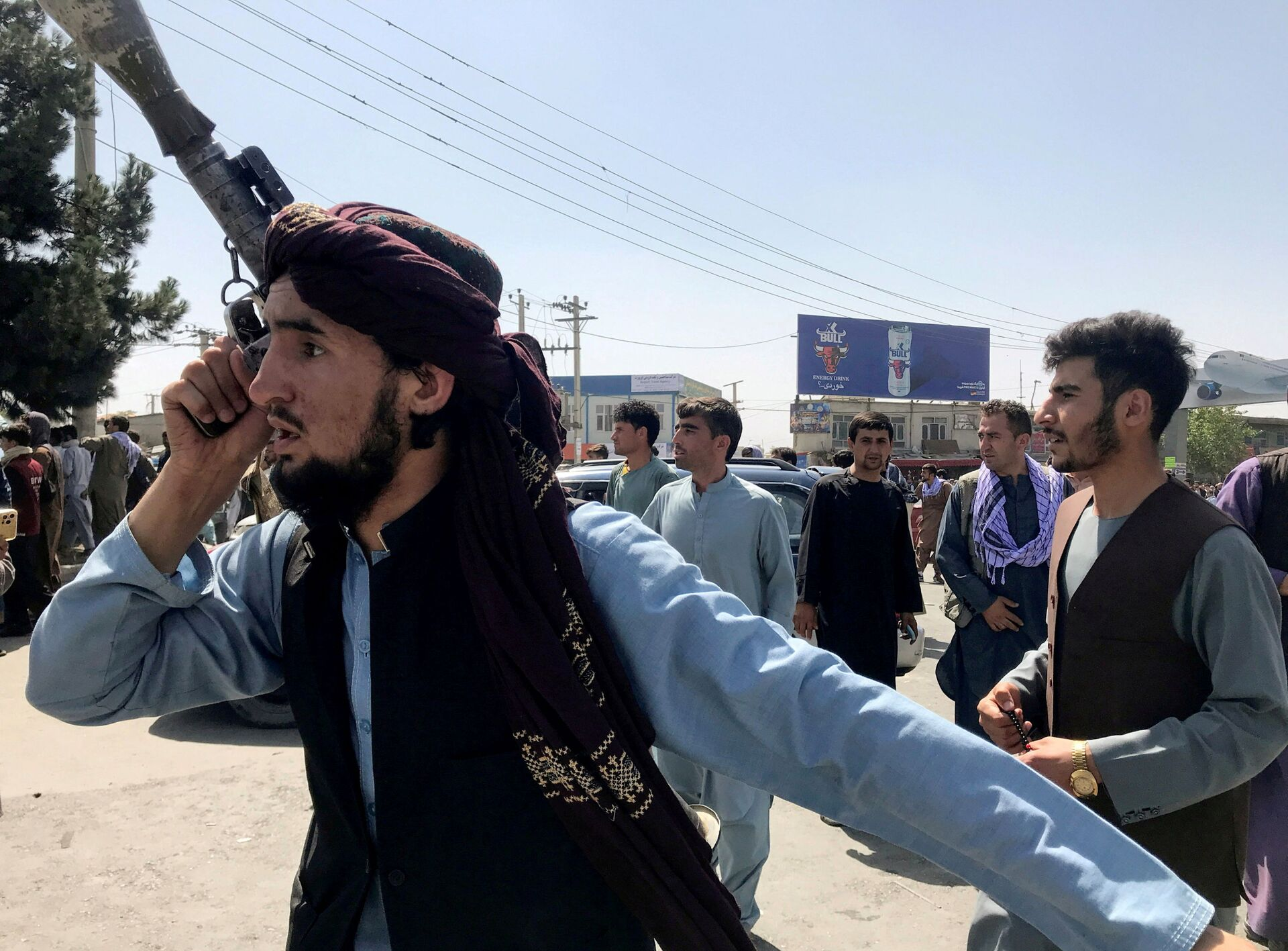 A member of Taliban forces inspects the area outside Hamid Karzai International Airport in Kabul, Afghanistan August 16, 2021 - Sputnik International, 1920, 07.09.2021