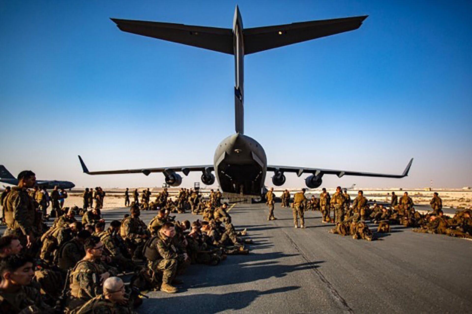 Marines assigned to the 24th Marine Expeditionary Unit (MEU) await a flight to Kabul Afghanistan, at Al Udeied Air Base, Qatar Tuesday, Aug. 17, 2021 - Sputnik International, 1920, 07.09.2021