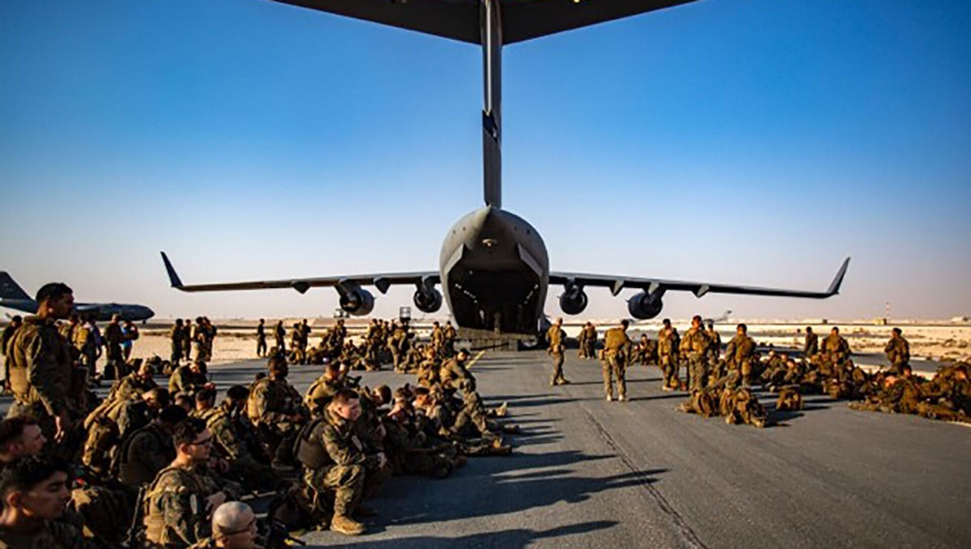 US Marines assigned to the 24th Marine Expeditionary Unit (MEU) await a flight to Kabul, Afghanistan, at Al Udeied Air Base in Qatar, 17 August 2021 - Sputnik International, 1920, 19.08.2021