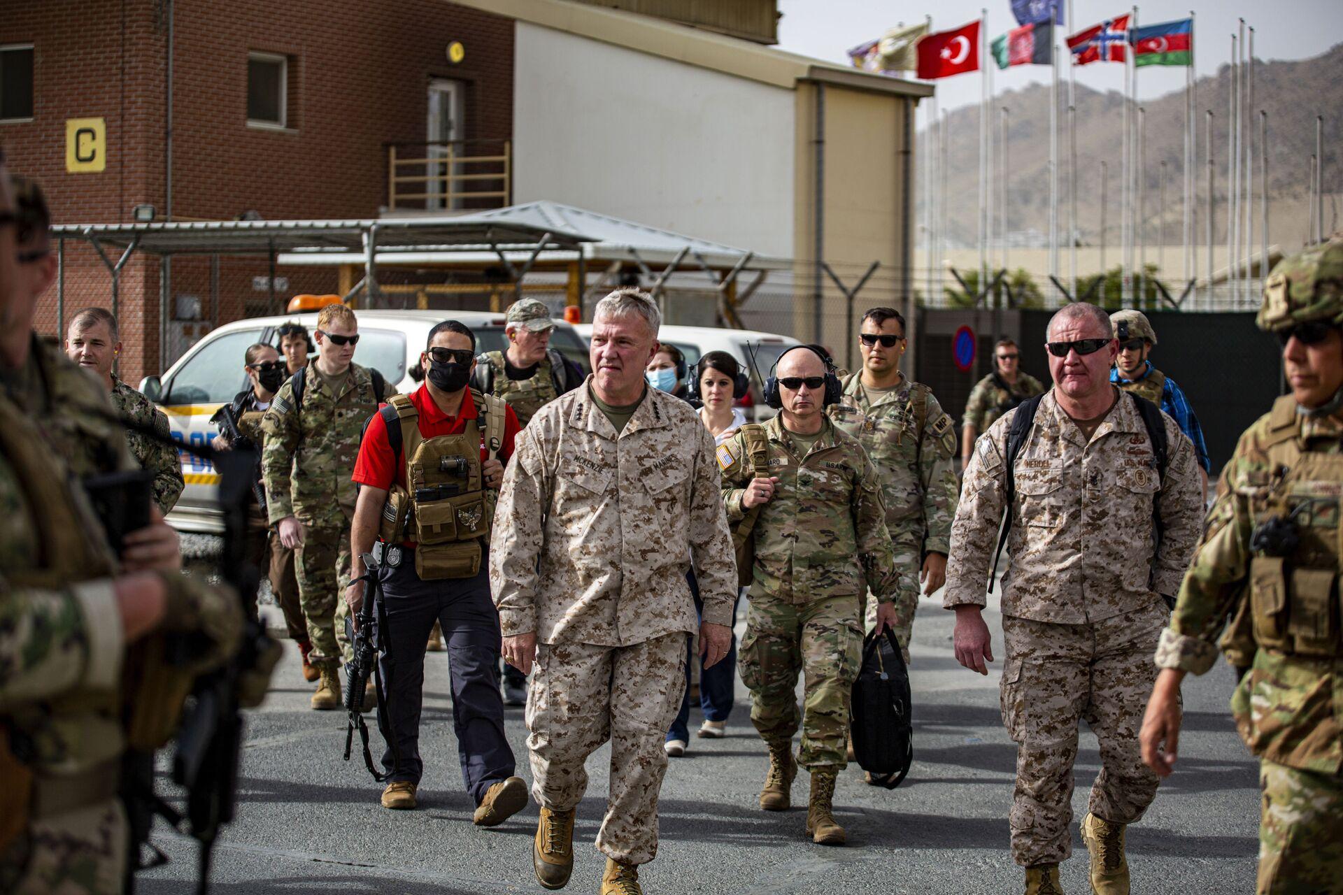 Commanding General U. Central Command Kenneth F. McKenzie, center, tours an evacuation control center at Hamid Karzai International Airport, Afghanistan, Tuesday, August 17, 2021 - Sputnik International, 1920, 07.09.2021