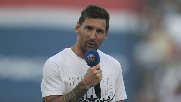 Paris Saint-Germain's Argentinian forward Lionel Messi speaks to the crowd as he is introduced during a presentation ceremony prior to the French L1 football match between Paris Saint-Germain and Racing Club Strasbourg at the Parc des Princes stadium in Paris on August 14, 2021. - Sputnik International
