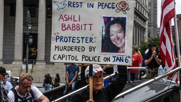 A right wing protester holds a sign about Ashli Babbitt while participating in a political rally on July 25, 2021 in New York City. - Sputnik International