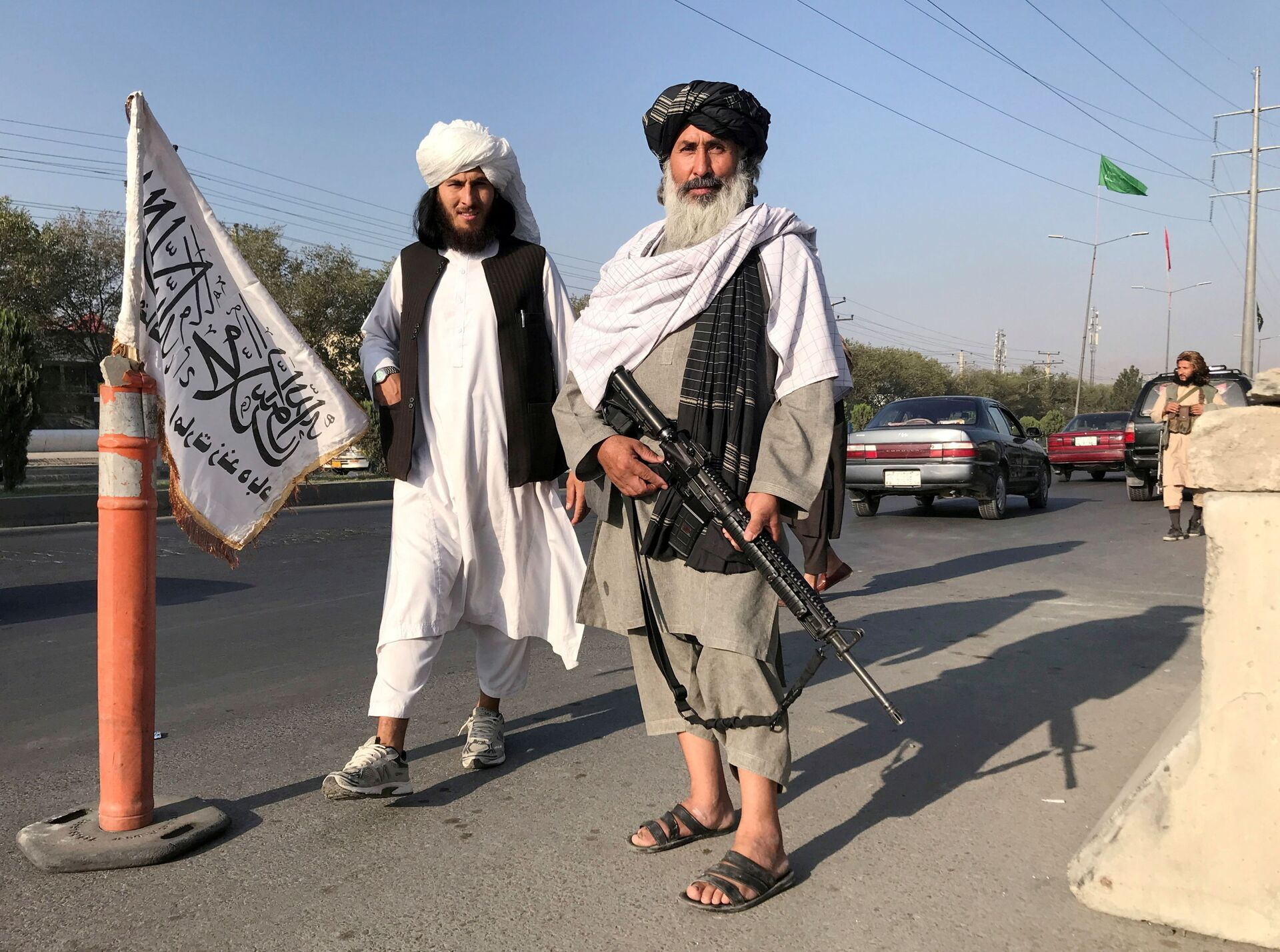 A Taliban fighter holding an M16 assault rifle stands outside the Interior Ministry in Kabul, Afghanistan, August 16, 2021. - Sputnik International, 1920, 07.09.2021
