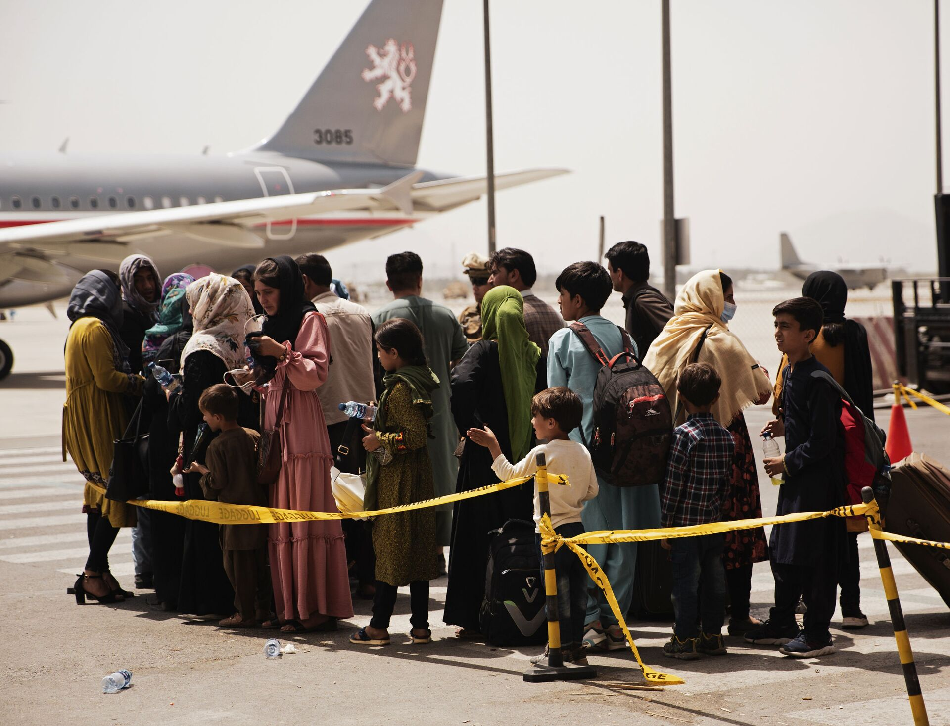 In this photo provided by the U.S. Marine Corps, civilians prepare to board a plane during an evacuation at Hamid Karzai International Airport, Kabul, Afghanistan, Wednesday, Aug. 18, 2021.  - Sputnik International, 1920, 07.09.2021