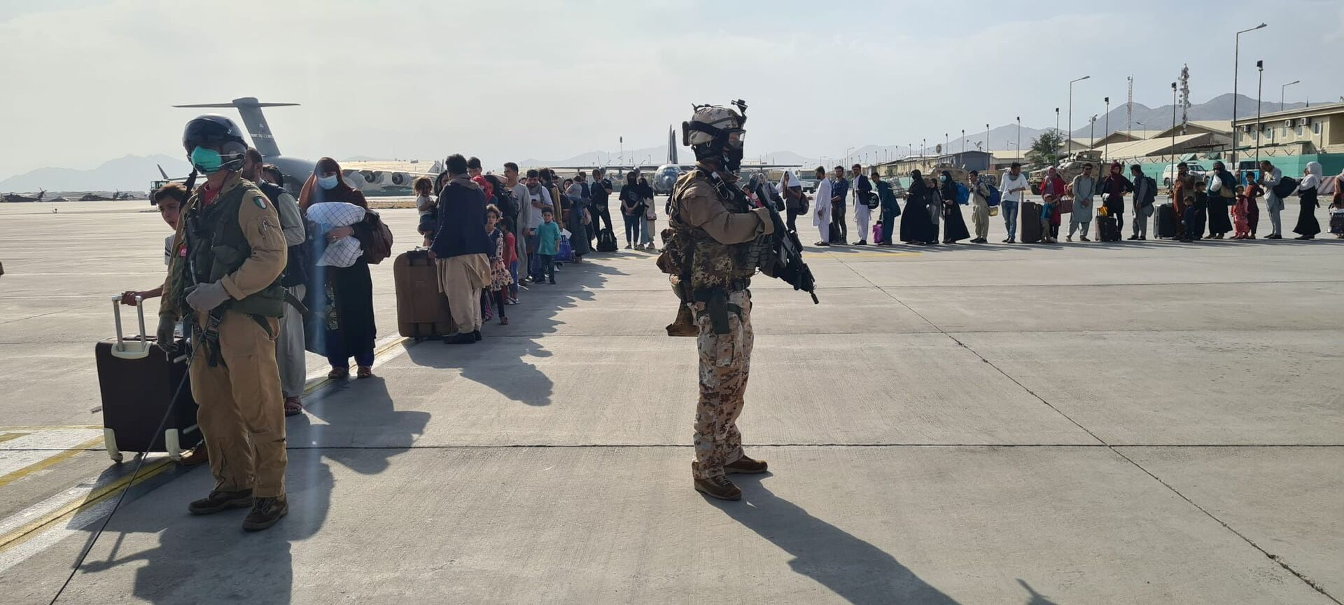 Afghan evacuees queue before boarding Italy's military aircraft C130J during evacuation at Kabul's airport, Afghanistan, August 22, 2021 - Sputnik International, 1920, 07.09.2021