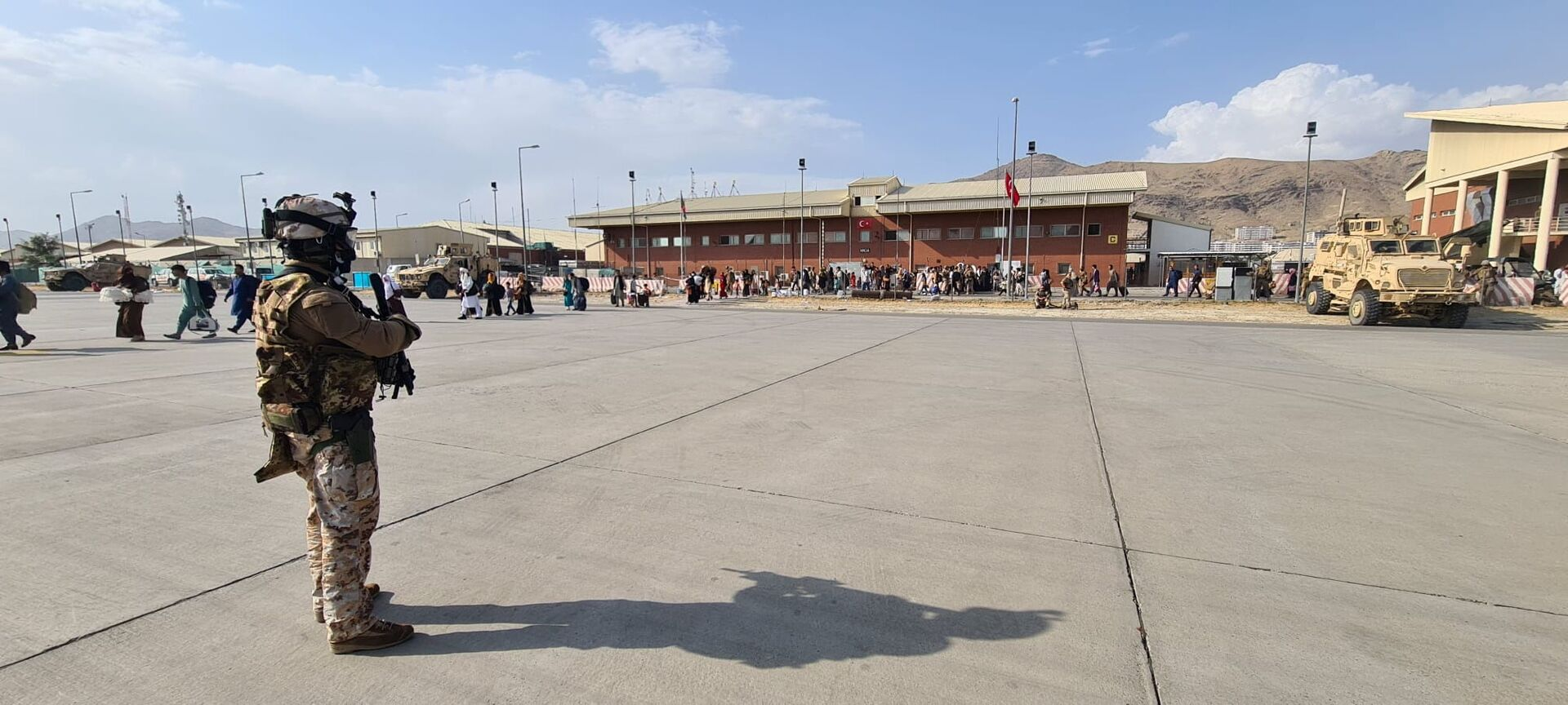 Afghan evacuees queue before boarding Italy's military aircraft C130J during the evacuation at Kabul's airport, Afghanistan, August 22, 2021. Italian Ministry of Defence/Handout via REUTERS - Sputnik International, 1920, 07.09.2021