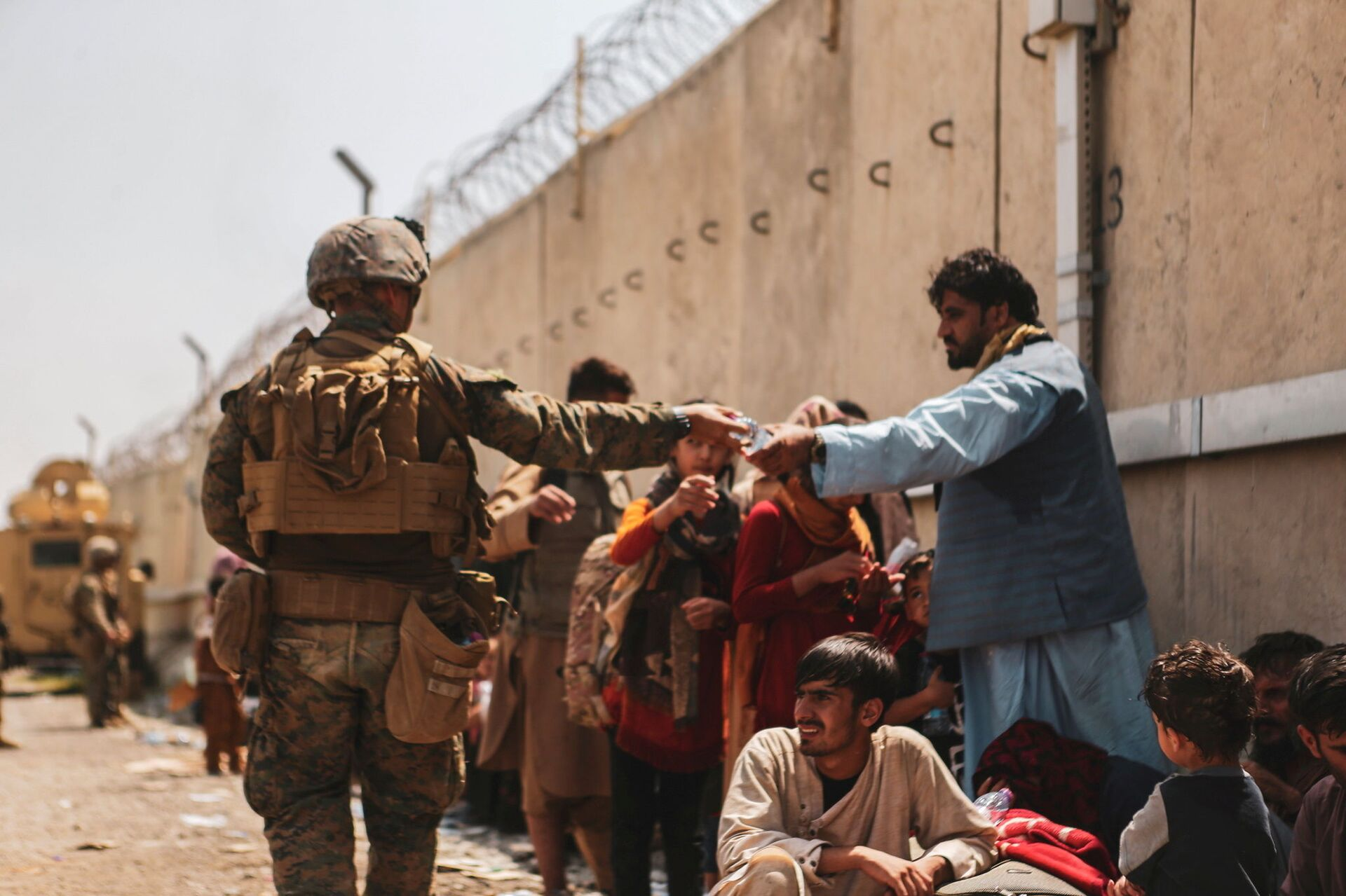 A US Marine passes out water to evacuees during an evacuation at Hamid Karzai International Airport, Kabul, Afghanistan, August 22, 2021 - Sputnik International, 1920, 07.09.2021