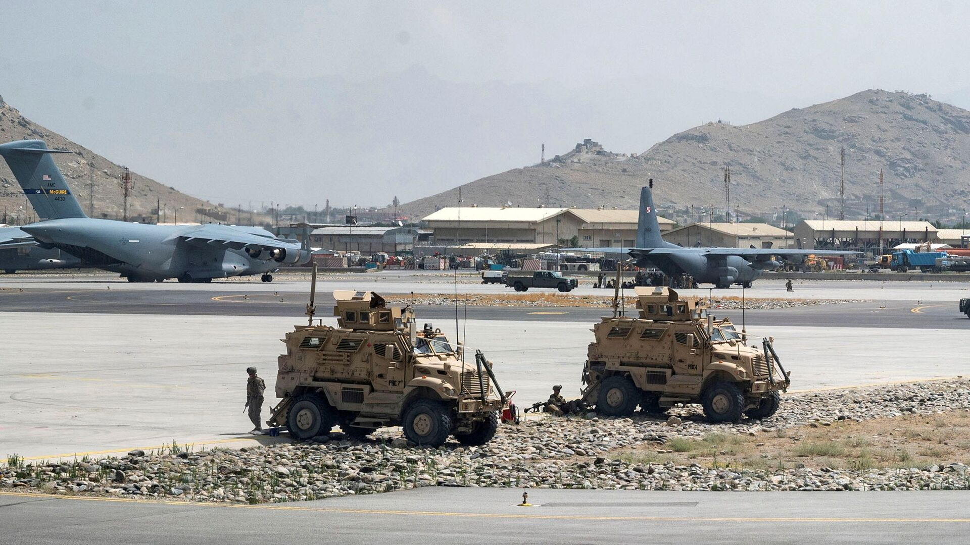 FILE PHOTO: FILE PHOTO: U.S. Army soldiers assigned to the 82nd Airborne Division patrol Hamid Karzai International Airport in Kabul, Afghanistan August 17, 2021. Picture taken August 17, 2021.  U.S. Air Force/Senior Airman Taylor Crul/Handout via REUTERS  THIS IMAGE HAS BEEN SUPPLIED BY A THIRD PARTY. THIS PICTURE WAS PROCESSED BY REUTERS TO ENHANCE QUALITY. AN UNPROCESSED VERSION HAS BEEN PROVIDED SEPARATELY./File Photo/File Photo - Sputnik International, 1920, 07.09.2021