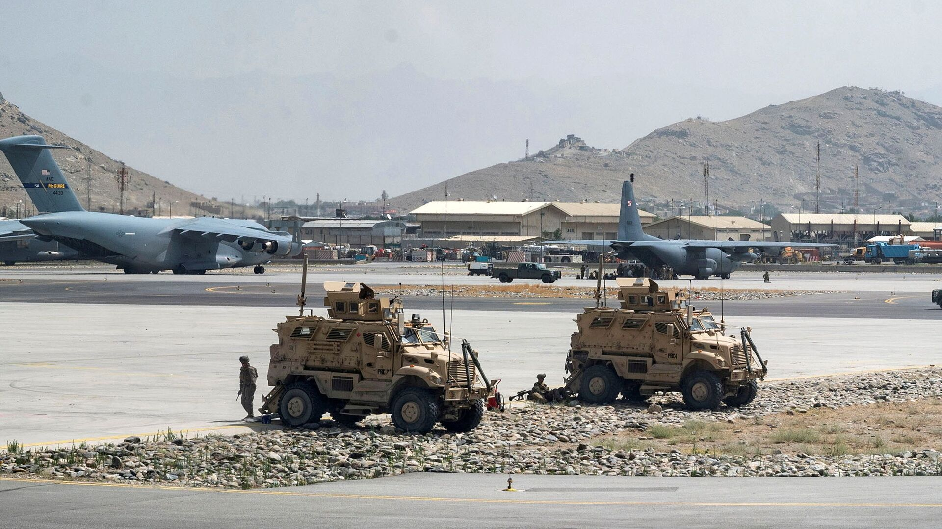 FILE PHOTO: FILE PHOTO: U.S. Army soldiers assigned to the 82nd Airborne Division patrol Hamid Karzai International Airport in Kabul, Afghanistan August 17, 2021. Picture taken August 17, 2021.  U.S. Air Force/Senior Airman Taylor Crul/Handout via REUTERS  THIS IMAGE HAS BEEN SUPPLIED BY A THIRD PARTY. THIS PICTURE WAS PROCESSED BY REUTERS TO ENHANCE QUALITY. AN UNPROCESSED VERSION HAS BEEN PROVIDED SEPARATELY./File Photo/File Photo - Sputnik International, 1920, 24.08.2021