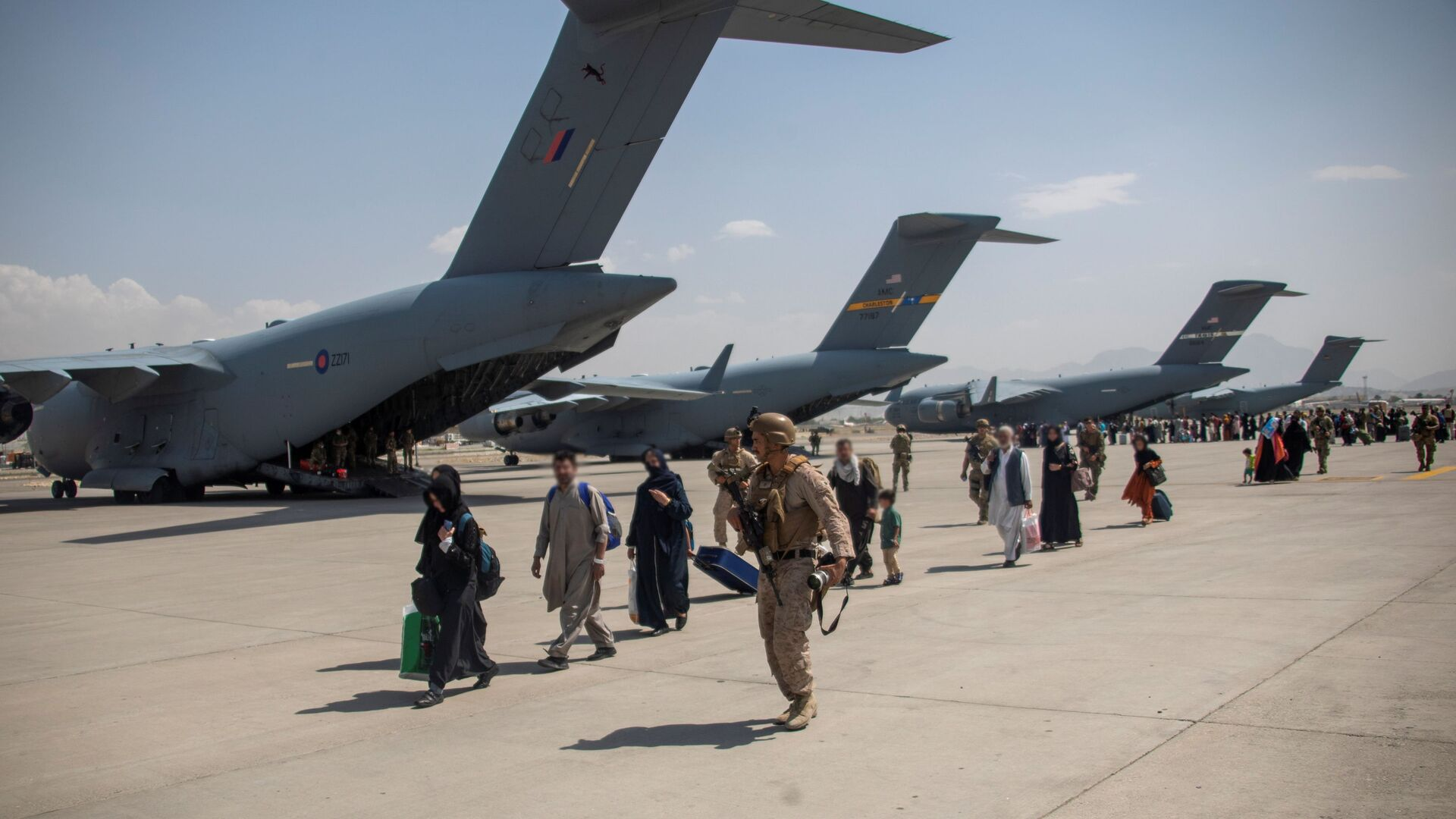 Members of the UK Armed Forces continue to take part in the evacuation of entitled personnel from Kabul airport, in Kabul, Afghanistan August 19-22, 2021, in this handout picture obtained by Reuters on August 23, 2021. LPhot Ben Shread/UK MOD Crown copyright 2021/Handout via REUTERS  THIS IMAGE HAS BEEN SUPPLIED BY A THIRD PARTY. MANDATORY CREDIT. NO RESALES. NO ARCHIVES. - Sputnik International, 1920, 24.08.2021