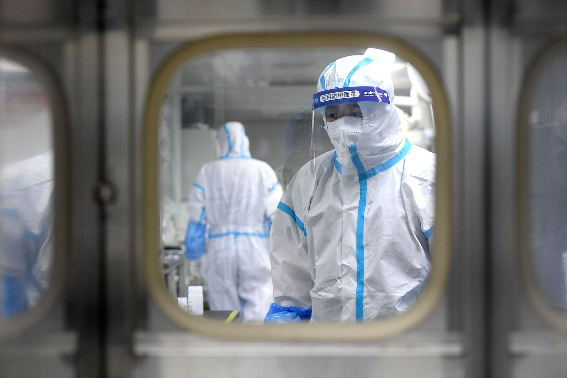Medical workers in protective suits test nucleic acid samples inside a Huo-Yan (Fire Eye) laboratory of BGI, following new cases of the coronavirus disease (COVID-19) in Wuhan, Hubei province, China early August 5, 2021 - Sputnik International, 1920, 07.09.2021
