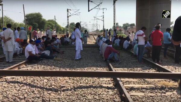 Farm laws: Bharatiya Kisan Union blocks railway tracks in Patiala - Sputnik International