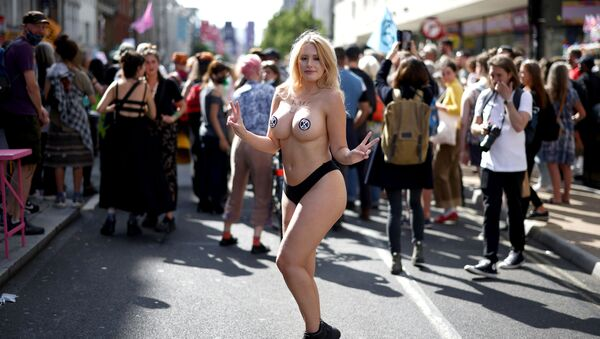 A demonstrators poses for a picture during an Extinction Rebellion climate activists' protest, at Oxford Circus, in London, Britain August 25, 2021. - Sputnik International